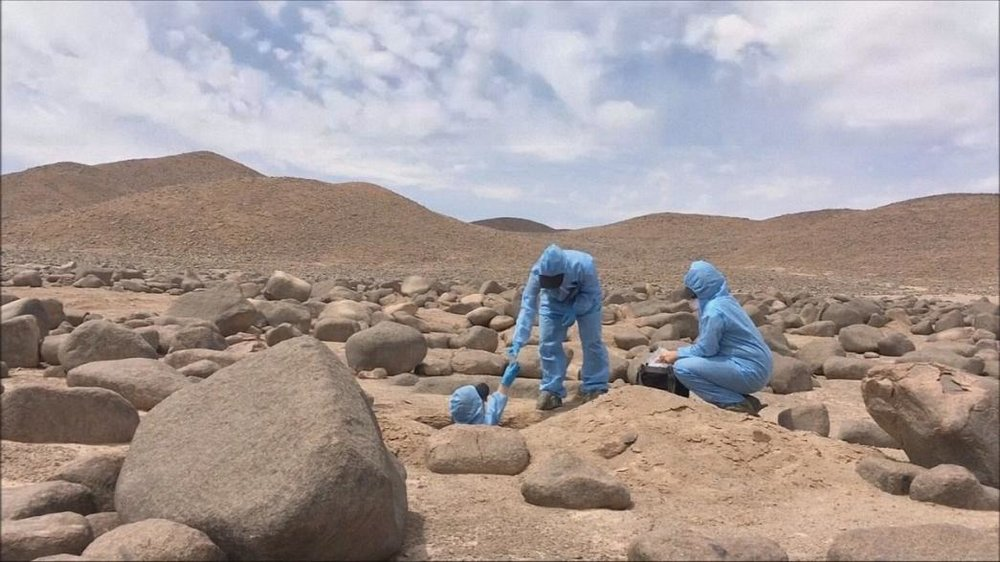 is life possible on mars There is no evidence that there is currently life on mars some scientists think that they have found evidence that there was life on mars at some time in the past the evidence that they found is fossilized bacteria (36 billion year old dead bacteria) on a meteor from mars that struck antarctica 13,000 years ago.